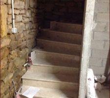 Escalier secondaire pour aller au sous sol dans la buanderie