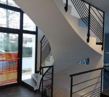 une vue des escaliers depuis la cuisine