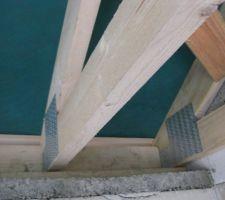 Faut-il qu'il y ait obligatoirement une fixation par équerre à chaque fermette qui repose sur le mur périphérique de la maison?
