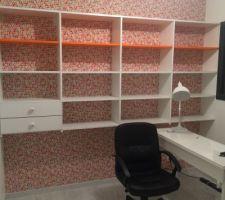 Creation d'un mur-bibliothèque sur mesure! Merci Papa! Bureau Ikea! Il manque encore la chaise de bureau!