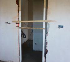 Changement de sens d'ouverture de la porte entre la cuisine et le cellier.