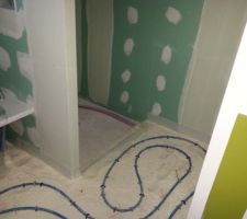 mise en place du chauffage au sol salle de bain douche