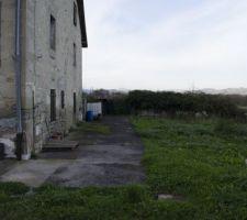 Voici la partie EST de la maison. Du mur sur votre gauche, vous avez 8m de terrain. ensuite, c'est le terrain du voisin.