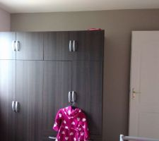armoire de la petite avec en fond peinture gris paillette