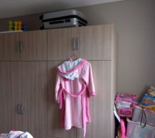 Armoire de la grande avec couleur du mur gris paillete et manque un meuble a jouets à droite de l'armoire