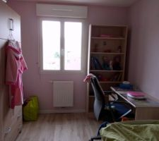 Chambre de la grande avec couleur du mur rose paillete avec bibliothèque, bureau (avec la chaise de bureau piqué au papa) et lit