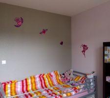 chambre de la petite avec couleurs au mur rose et gris paillettemanque des stickers mais je n avais plus de scotch double face ultra puissant car des stickers sur un mur paillete ce ne tient pas