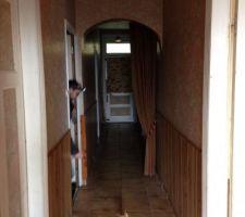 couloir qui desservait toutes les pièces de la maison.