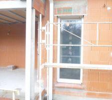 Trace d'humidité sur le mur, problème de gouttière ? du toit terrasse ?