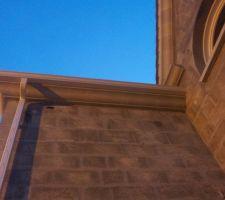 Gouttières Alu Beige forme corniche rectangulaire arrondi, descente rectangulaire avec des rainures de 80mm de diamètre