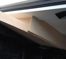 plaquette de bois ajoutee pour combler un espace ca fait un peu bricolage et pas du tout ajuste