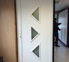 cmsp notre belle porte d entree en bois exotique peinte en blanc hihihi on voit aussi notre porte de garage derriere a droite