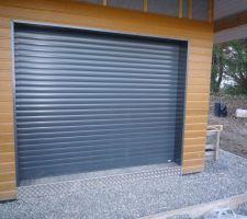 La porte du garage habillée et le seuil en alu