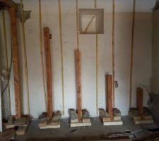 l escalier etait auparavant fixe sur un mur en pierre comme nous allons doubler en placo il faut prevoir un autre support pour l escalier nous re utilisons l ancien solivage du plafond de notre chambre pour en faire des poteaux supports qui sont scelles dans la dalle