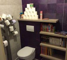 Nouvelle déco des wc avec un coin bibliothèque.