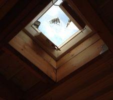 Fenêtre de toit vue de l'intérieur.