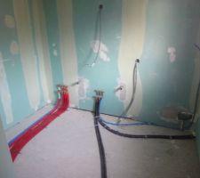 gaines rouges pour le raccordement salle de bain du haut