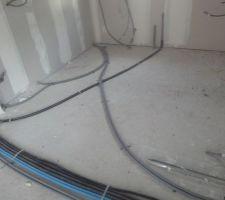 les tuyaux gris qui partent vers le bureau et salon