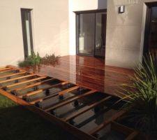 Mise en place d'une terrasse en MUIRACATIARIA .Les lambourdes sont également  bois exotique