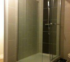 Sur cette photo la douche est presque terminée, il manque le joint sur les galets.