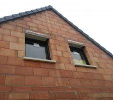 Vue extérieure des fenêtres de l'étage.
