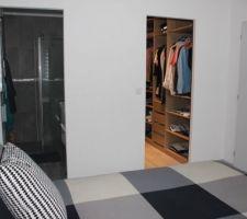 Notre suite : partie chambre, vue sur dressing et SdE.