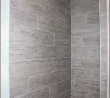 Salle de bain de l'étage : le carrelage de la douche à l'italienne est terminé.
