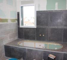 Salle de bain de l'étage : les joints gris clairs éclaircissent bien le mur noir et font ressortir notre faïence. Plus que 2 murs à terminer de carreler et jointoyer... Un petit coup de peinture et Hop... Un bon bain...!