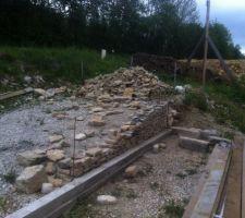 Début du mur en pierre sèche, 1 an de boulot pour qq mètres! (bétonné au milieu!)