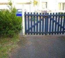 Le vieux portail trop petit (2,30m de large)