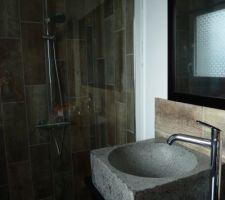 Noter salle d'eau receveur extra plat de mr bricolage - kit de douche de chez casto - carrelage julyo de chez casto au sol et aux murs - meuble de chez Ikea - robinet hansgrohe