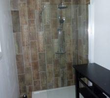 Noter salle d'eau receveur extra plat de mr bricolage - kit de douche de chez casto - carrelage julyo de chez casto au sol et aux murs - meuble de chez Ikea -