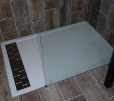 Noter salle d'eau receveur extra plat de mr bricolage - kit de douche de chez casto - carrelage julyo de chez casto au sol et aux murs - meuble de chez Ikea - robinet hansgrohe - vasque en pierre affaire matériaux