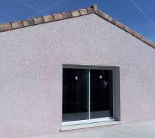 Enduit Weber 058 rose moyen, finition écrasé. Après un jour de séchage. Cette couleur n'est pas dans l'enduirama. Contours blancs autour de la porte d'entrée, du garage et de la fenêtre du cellier