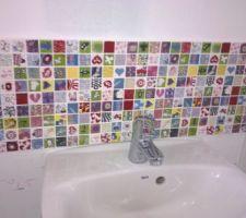 Faïence au dessus du lave-main des WC
