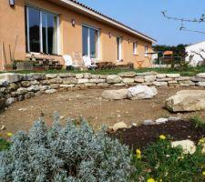 Le nouveau mûret en pierres sèches presque terminé! Au premier plan, c'est de la Santoline :-)