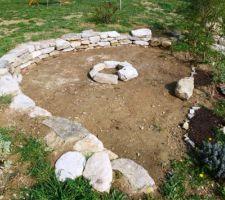 Le nouveau mûret en pierres sèches presque terminé! Manque plus que 3 - 4 belles grandes pierres plates ;-) Les pierres en rond au milieu, c'est que du provisoire pour s'imaginer un barbecue :-)