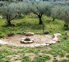 La vue vers le sud... Le nouveau mûret en pierres sèches presque terminé! Manque plus que 3 - 4 belles grandes pierres plates ;-) Les pierres en rond au milieu, c'est que du provisoire pour s'imaginer un barbecue :-)