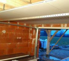 debut du placo dans le garage afin de commencer l installation de la porte de garage