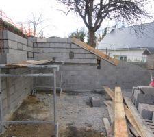 Notre mur de soutènement se monte. une ceinture intermédiaire à été faite pour renforcer la structure