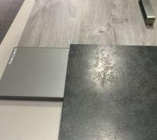 facade chene sable synchrone et plan de travail volcano gris le petit carre represente la couleur du caisson quartz metal