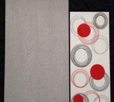 Carrelage gris pour le sol effet parquet 30x60 faïence blanche et quelque décor répartis avec du rouge.