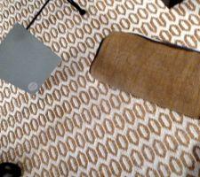 Echantillon de tissu tabac   tapis artisanal assorti pour le sol. Proposition de peinture bleu pâle pour un seul mur côté piano Ambiance CARAVANE