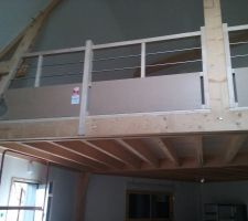 Garde corps : structure bois, plaque de verre et barre en métal.