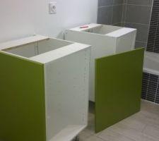 Mise en place des meubles de salle de bains.