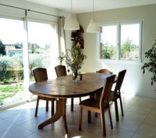 Pâques approche!! La partie salle à manger (Table, chaises, étagères d'angle: Cocktail Scandinave / Rideaux et Suspension: Ikea / Bouquet de Pâques: cueillis dans la nature ;-) )