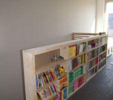Le garde-corps/bibliothèque côté palier