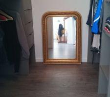 Le miroir de la grand-mère a trouvé sa place!