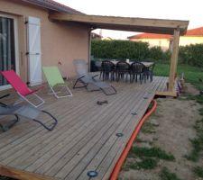 Voila le final manque le refile de finition sur la table et le centre de table, le graier provisoire sur leur bords de la terrasse et les ampoules led bleue pour les spots encastre