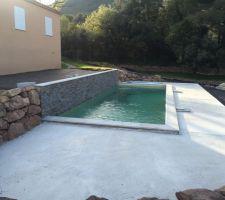 Amenagement autour de la piscine en béton
